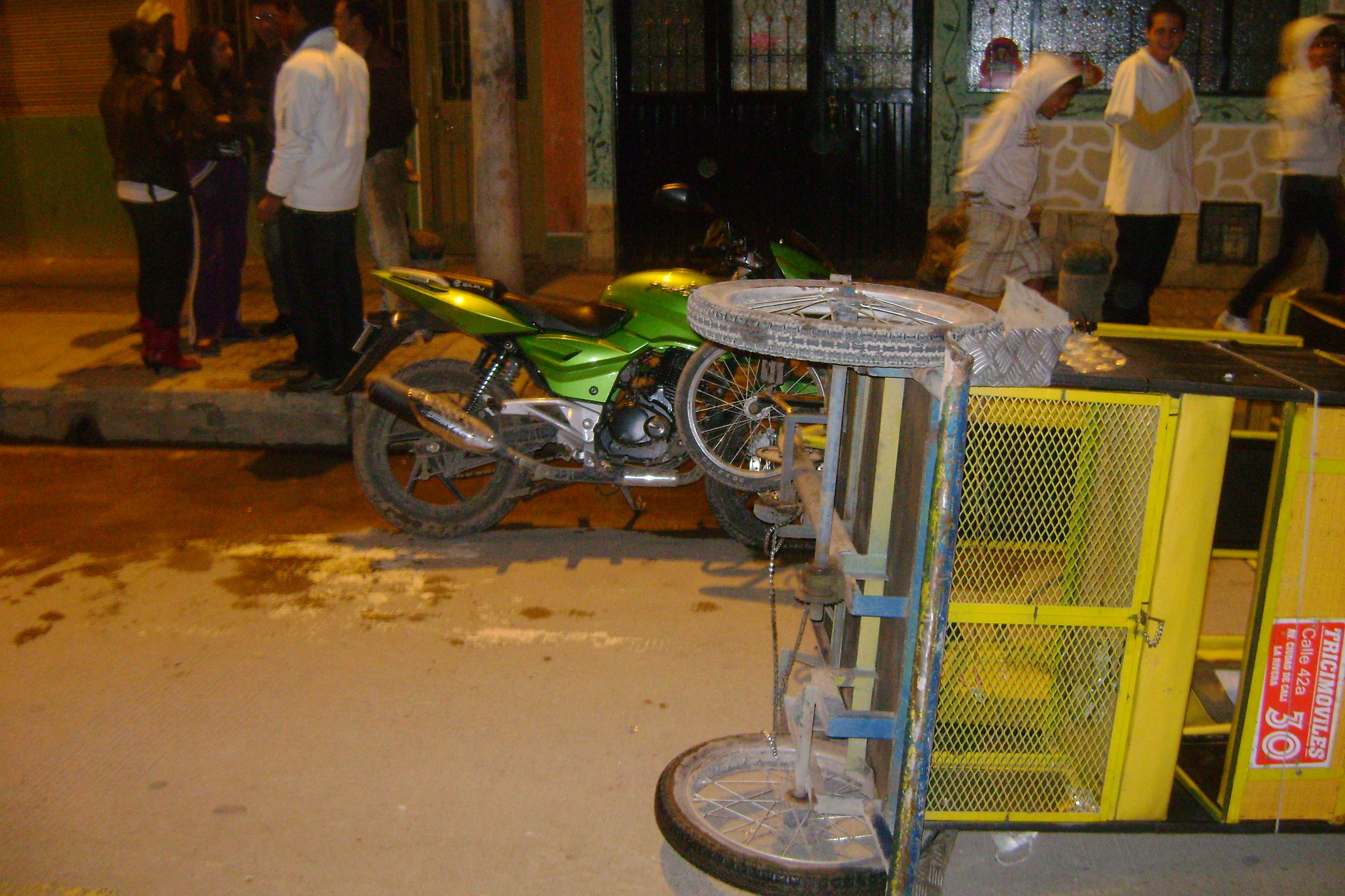 Accidente entre bicitaxi y motocicleta deja dos heridos for Patio bonito