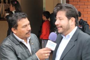 El periodista Carlos Hernandez y el Alcalde Local Luis Fernando Escobar Franco