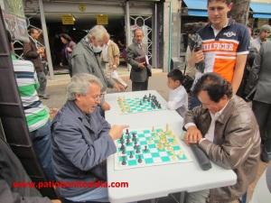 No importa cuántos años tengas, lo que importa qué tantas ganas tengas de disfrutar un juego de ajedrez en plena carrera Séptima en Bogotá