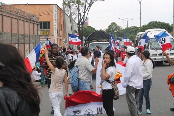 Las banderas del M19 tampoco se quedaron solas durante la movilización. El Pueblo conoce a sus luchadores de verdad