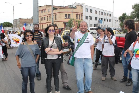 Acompañado de sus amigos fue la constante de Francisco Castañeda durante la marcha ¿Por qué sera?