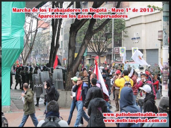 Momentos en que la población manifestante fue dispersada con gases lacrimógenos