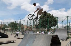 Jóvenes haciendo deporte extremo en Parque Bellavista Dindalito