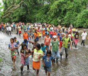 Indígenas huyendo de zona de conflicto en Colombia